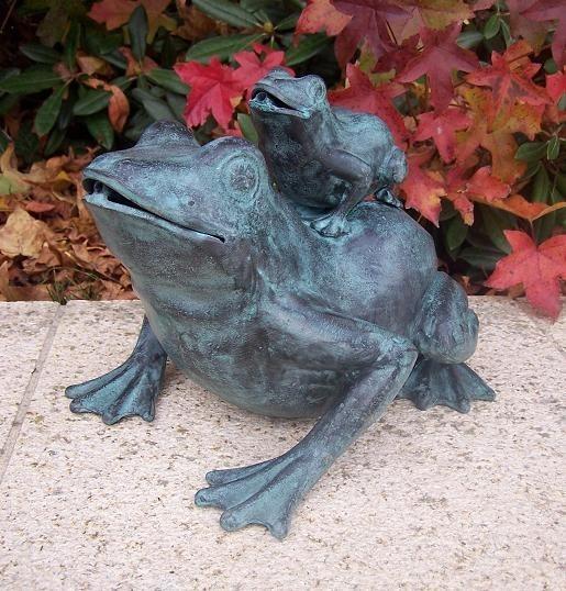 Wasserspaier-Frosch-mit-Froschbaby-Bronzefigur