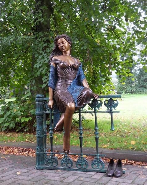 Hailey Sitzend auf Zaun | Bronzefigur