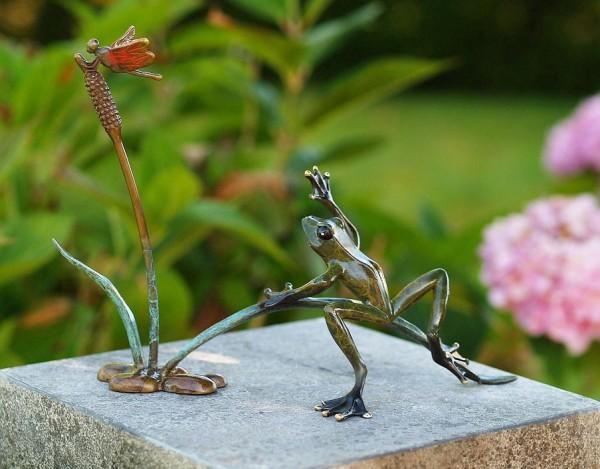 Frosch-und-Libelle-auf-Schilfzweig-Bronzefigur