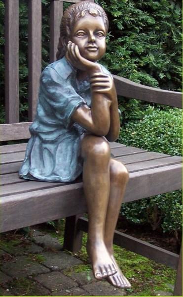 Mädchen Lucy sitzend mit Hand am Kinn als Bronzeskulptur