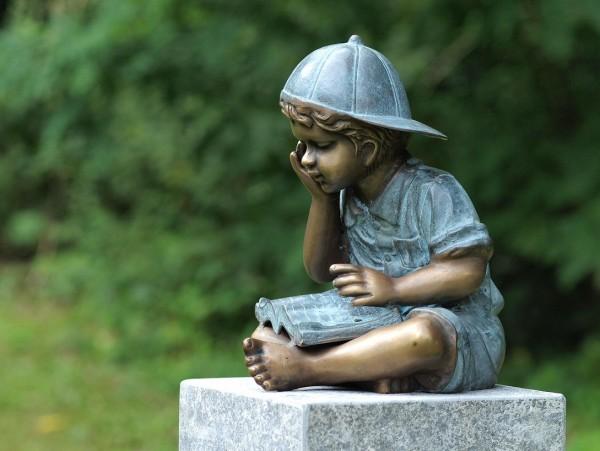 Jimmy mit Cappy vertieft im Buch als Bronzeskulptur