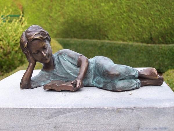 Mädchen Josephine liest im liegen ein Buch als Bronzeskulptur