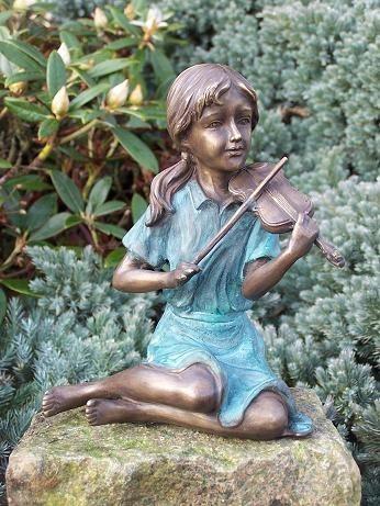 Mädchen Elena mit Zopf spielt Geige als Bronzeskulptur
