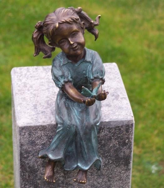 Das süße Mädchen Marie mit Zöpfen als Bronzeskulptur