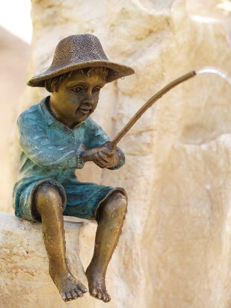 Junge Alexander angelt als Wasserspeier Bronzeskulptur