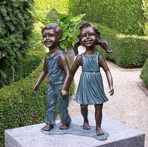 Geschwisterpaar Patrick und Anna-Lena gehen Hand in Hand als Bronzeskulptur