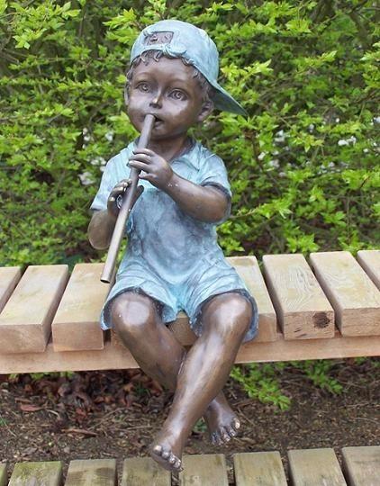 Junge Noah spielt Querflöte als Wasserspeier-Bronzeskulptur