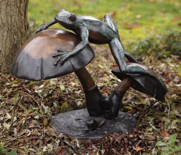 Frosch-klettert-über-Pilze-Bronzefigur
