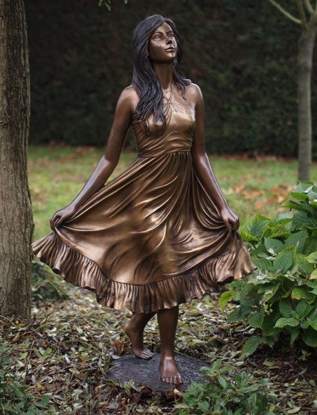 Ophelia | Frau hält Ihr Kleid Bronzefigur