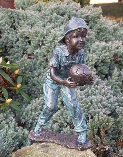 Junge Rene mit Fussball in den Händen als Bronzeskulptur