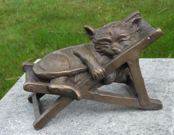 Schlummernde Bronze Katze im Liegestuhl