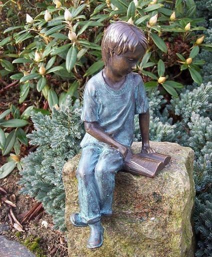 Junge Jesu sitzend beim lesen als Bronzeskulptur