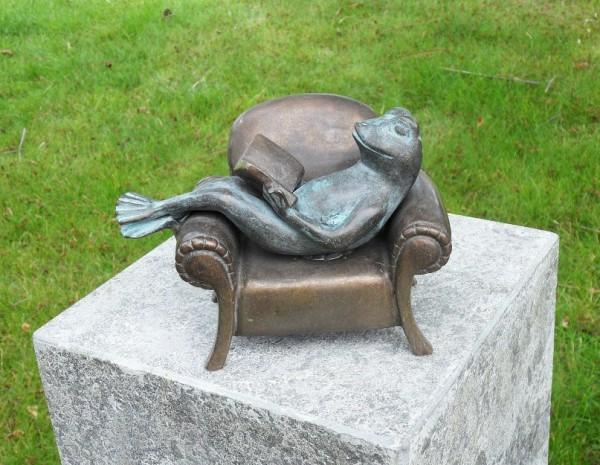 Buch-lesender-Frosch-im-Sessel-Bronzefigur