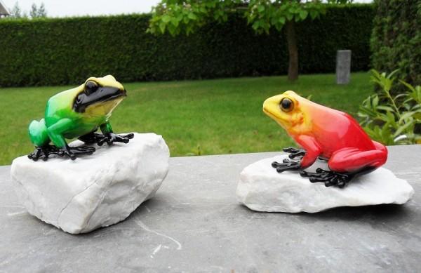 Frosch-gruen-rot-aus-Bronze-auf-stein