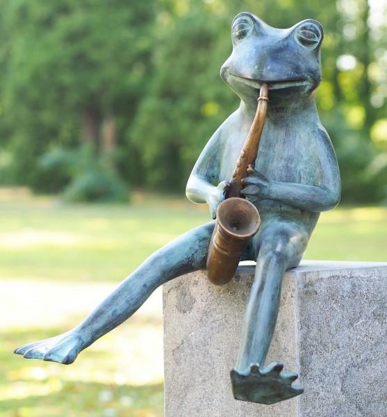 Wasserspaier-Frosch-spielt-Saxophone-Bronzefigur