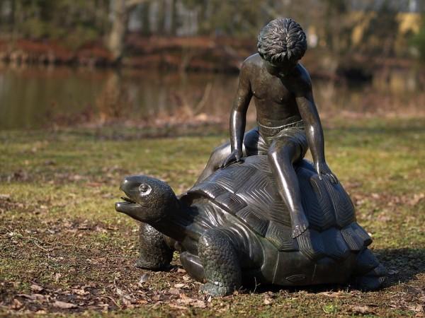 Wasserspeier Figur Junge Janos reitet auf einer Schildkröte als Bronzefigur