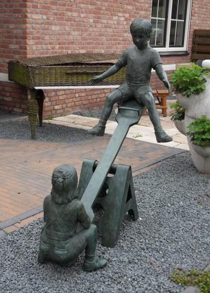 Junge Ramon und Mädchen Genevieve auf Wippe als Bronzeskulptur