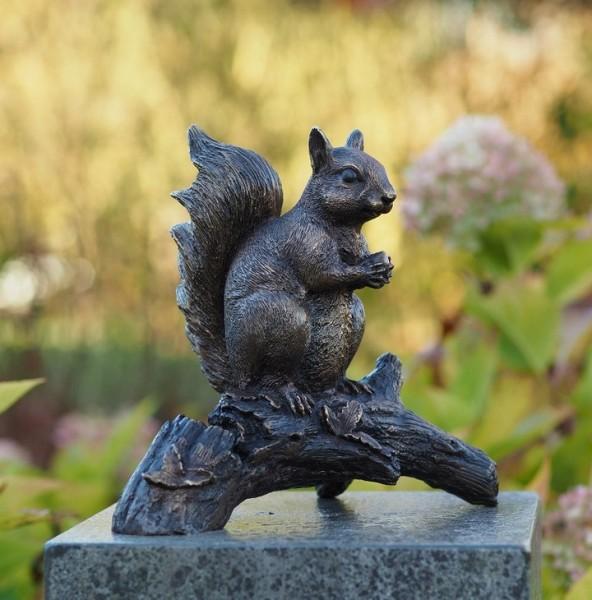 Eichhörnchen auf Baumstamm | Bronzefigur